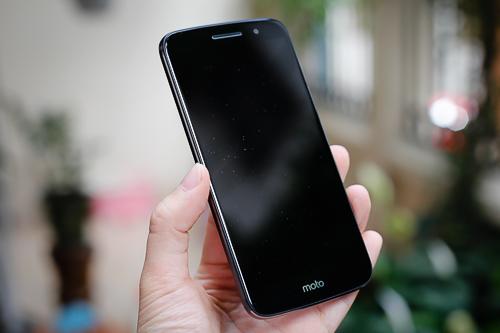 moto-m-smartphone-tam-trung-co-vo-kim-loai-chong-nuoc-12