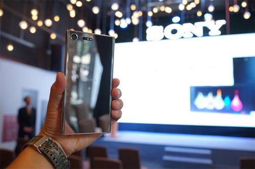 Mặt kính Gorilla Glass 5 đã tạo nên sự sang trọng và nổi bật cho siêu phẩm Sony XZ Premium