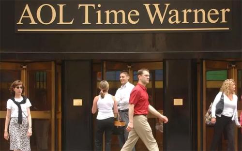 AOL bắt tay Time Warner: Đây được coi là vụ sáp nhập tàn phá nhất trong lịch sử các hãng công nghệ. Năm 2000, AOL chi tới 162 tỷ USD để mua hãng giải trí lớn nhất thế giới và tạo nên công ty có giá trị ước tính 350 tỷ USD. Hiện nay, số vốn hóa thị trường của Time Warner là 40 tỷ USD còn AOL chỉ là 2 tỷ USD. (Trong ảnh là cựu CEO của AOL Steve Case và cựu CEO của Time Warner Gerry Levin)