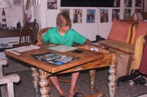 Grayson Shaw ngồi sửa iPhone năm 2015. Ảnh: Alison Shaw