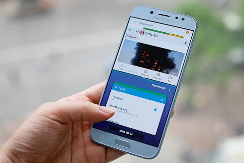 Tính năng đa nhiệm chạy 2 ứng dụng cùng lúc trên Galaxy J7 Pro.
