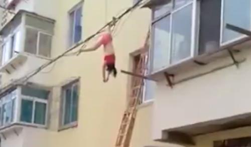 Cô gái mặc nội y lau cửa sổ bị ngã vướng vào dây điện