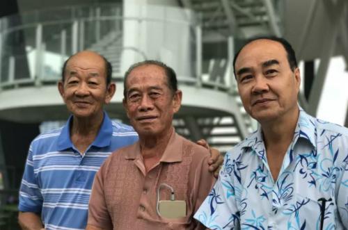 Anthony Seow (ngoài cùng bên phải) với nhóm bạn hay đi săn Pokemon của mình.