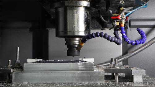 Bộ khung Bphone đang được hoàn thiện tạinhà máy cơ khí của Bkav ở Mỹ Đình (Hà Nội).
