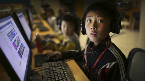 Một nam học sinh ở Bắc Triều Tiên đang vào mạng tại khu liên hợp công nghệ Sci-tech.