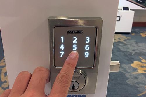 Khóa cửa thông minh điều khiển bằng iPhone