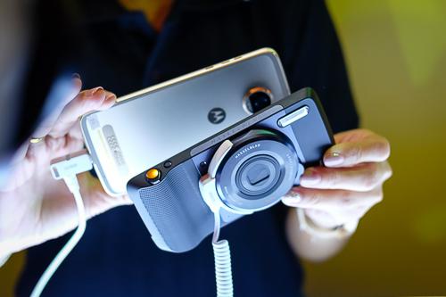 moto-z2-play-smartphone-sieu-mong-pin-lau-17