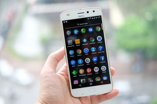 Có cảm biến vân tay ở mặt trước, nhưng Moto Z2 Play vẫn sử dụng dãy phím ảo bên trong màn hình.