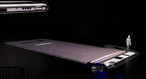 Còn đây là người đàn ông đầu tiên đứng trên chiếc điện thoại mới của Samsung.