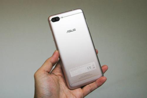 Mẫu Zenfone 4 pin lớn, vỏ kim loại và có camera kép.