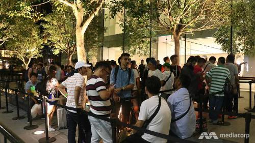 Đám đông xếp hàng trước cửa Apple Store trên đường Orchard, Singapore. Ảnh: Aqil Haziq Mahmud