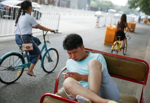 Người dùng Trung Quốc đang dần chuyển sang WeChat thay vì các ứng dụng khác. Ảnh Reuters.