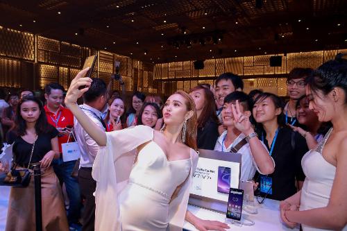 Minh Hằng cùng các khách mời trải nghiệm camera trước 24 megapixel cùng đèn flash LED hiệu ứng ánh trăng ngay tại sự kiện.