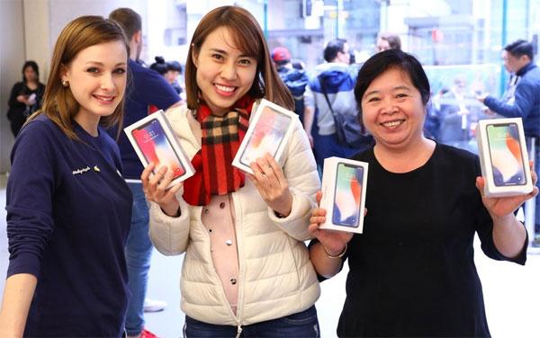Hình ảnh hai khách hàng Việt mua iPhone X được Tim Cook chia sẻ. Ảnh: Twitter.