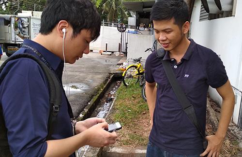 Nguyễn Hà Đông chơi thử game Magic Tiles 3 trên smartphone của Tuấn Cường.