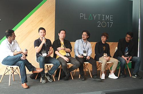 Tuấn Cường (thứ hai từ trái qua) chia sẻ kinh nghiệm trên sân khấu sự kiện Google Play Time 2017.