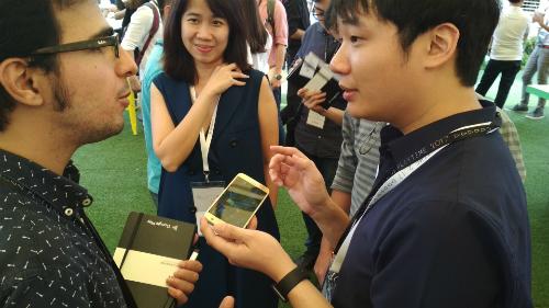 Hà Đông nói chuyện với lập trình viên nước ngoài tại sự kiện PlayTime SEA 2017 hôm 2/11 tại Singapore.