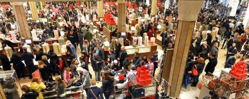 Dòng người mua sắm chen chúc trong một cửa hàng dịp Black Friday.