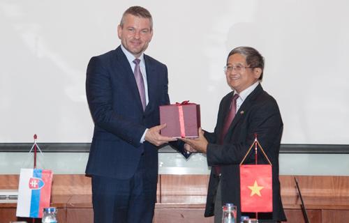 Phó thủ tướng Slovakia Peter Pellegrini và Tổng Giám đốc FPT Bùi Quang Ngọc.
