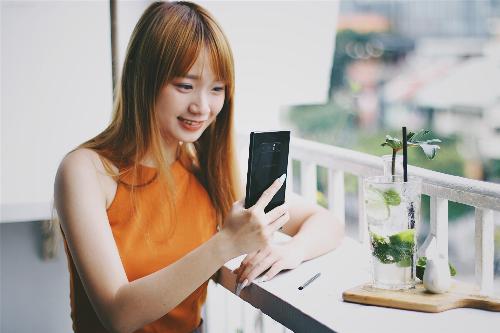 ngap-tran-qua-tang-khi-chon-mua-smartphone-tran-man-hinh-thoi-thuong-tai-fpt-shop