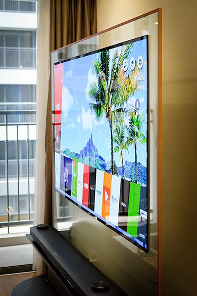 OLED Signature W7 thiết lập chuẩn mực mới về thiết kếTV khi màn hình còn mỏng hơn cả một tấm kính.