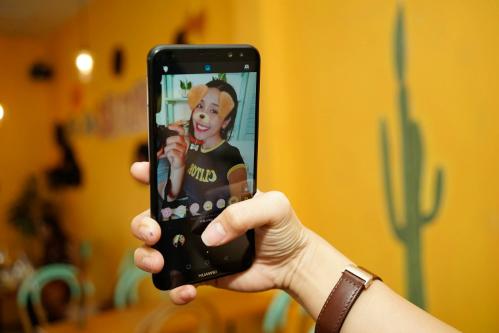 Tính năng sticker nhận diện gương mặt của người chụp, sau đó áp vào những hiệu ứng thú vị