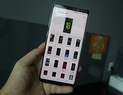Có thể tùy biến mặt đồng hồ và theo dõi các thông số khi kết nối với điện thoại.