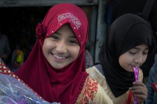 Ấn Độ được biết là nơi tập trung cư dân theo đạo Hồi đông nhất. Việc tiếp cận người dân, đặc biệt là phái nữ cũng bị ảnh hưởng bởi phụ thuộc vào văn hóa Hồi giáo khá khắt khe.Nụ cười trong trẻo của cô bé ven đường
