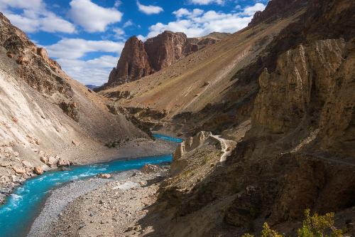 Hồ nước khúc khuỷu qua những dãy núi lớn.
