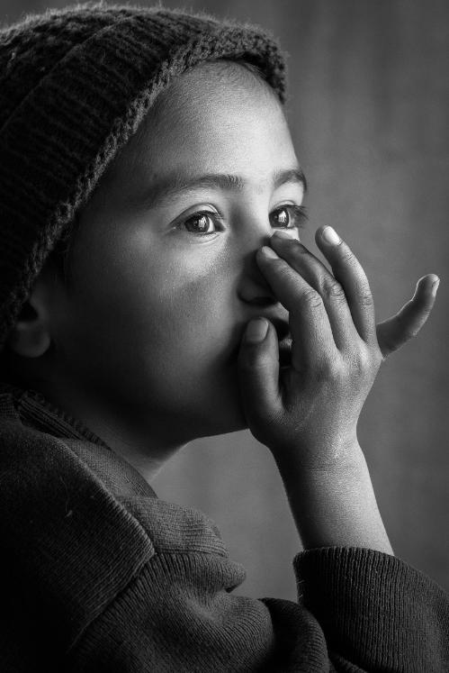 Bức ảnh cận mặt được nhiếp ảnh gia Hoàng Thế Nhiệm chụp nhờ vào tính năng không gây tiếng ồn, một phần không gây sự chú ý, tác động lên chủ thể một phần sẽ tăng tính khách quan của bức ảnh.