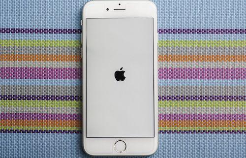 Apple âm thầm giảm hiệu năng một số mẫu iPhone cũ khiến khách hàng không hài lòng.