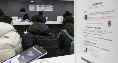 Người sử dụng iPhone tại Hàn Quốc đang chờ để thay thế pin tại một trung tâm dịch vụ của Apple tại Seoul. Ảnh: Yonhap