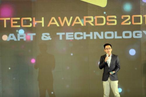 Ông Lê Khôi Nguyên trên sân khấu lễ trao giải Tech Awards 2017.