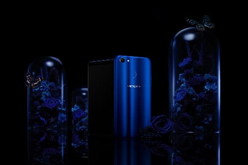 Sự kết hợp giữa màu xanh ở mặt lưng và thiết kế màn hình tràn viền tạo nên sự mỏng gọn và liền lạc cho phiên bản này.