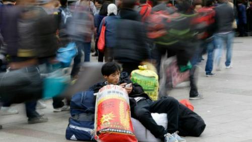 Một người dùng điện thoại trên phố tại Trung Quốc. Ảnh CFR
