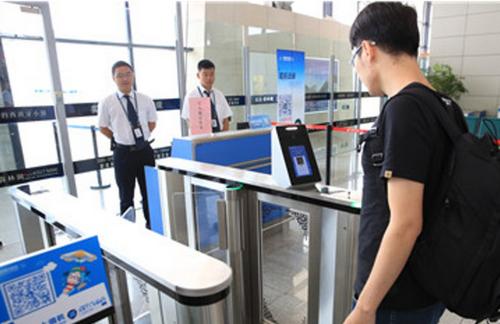 Việc mua vé tàu, xe nhanh chóng hơn nhờ có hệ thống nhận dạng khuôn mặt.