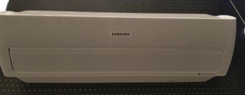 Điều hoà Wind-Free AR9500M của Samsung có 21.000 lỗ khí ở mặt trước để làm lạnh phòng mà không cần thổi gió trực tiếp.