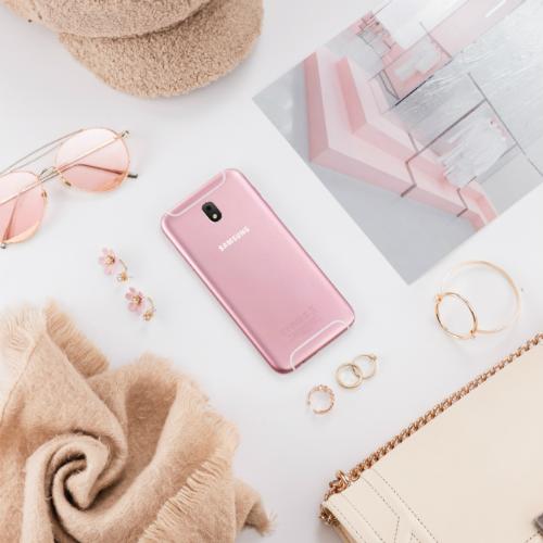 Smartphone Galaxy J7 Pro màu hồng ton-sur-ton với kính mát và bông tai.