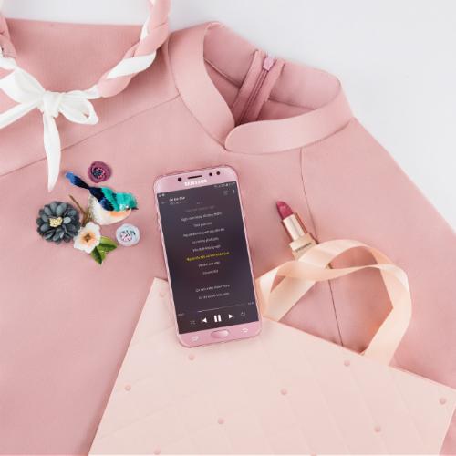 Áo dài đính họa tiết nổi ton-sur-ton với Galaxy J7 Pro màu hồng ngọt ngào.