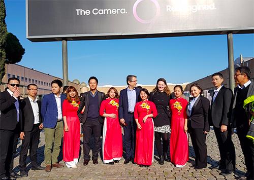 Các nữ công nhân nhà máy Samsung sản xuất Galaxy S9 tại Việt Nam trong trang phục áo dài đỏ tại sự kiện Unpacked tại Barcelona, Tây Ban Nha.