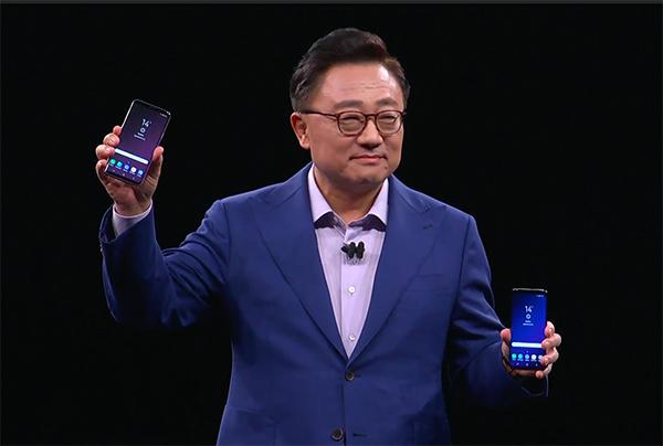 Bộ đôi Galaxy S9 và S9+ trên tay ông DJ Koh.