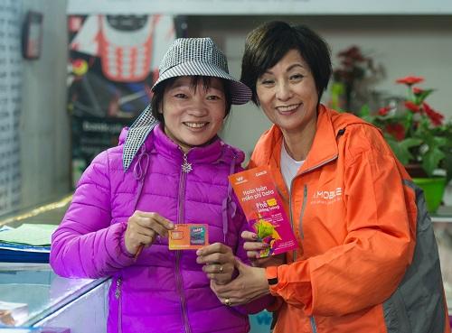 Bà Elizabeth Fong đến tận cửa hàng, gặp gỡ người mua Thánh SIM trong ngày ra mắt sản phẩm.