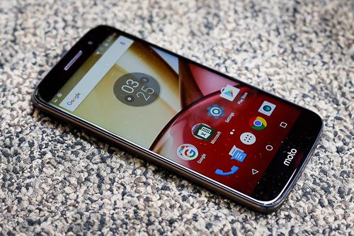 moto-m-smartphone-tam-trung-co-vo-kim-loai-chong-nuoc-1