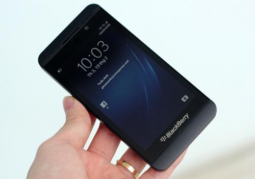 Z10 là chiếc điện thoại màn hình cảm ứng dạng thanh, không còn dáng dấp của những chiếc BlackBerry truyền thống với bàn phím QWERTY.
