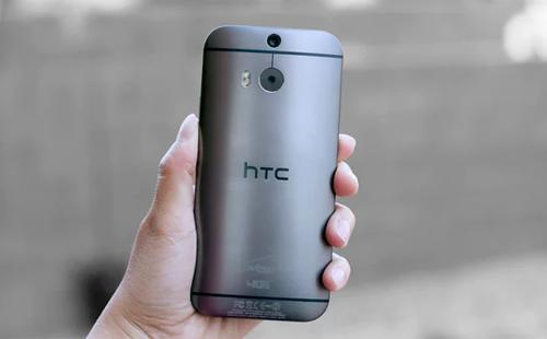 HTC One M8 (2014)Camera kép đang dần trở thành chuẩn mực trên các smartphone hiện đại, nhưng ý tưởng này đã hình thành từ năm 2014 với HTC One M8. Ống kính thứ hai được đưa vào để thu thập thông tin sâu hơn, cho phép người dùng chụp ảnh trước lấy nét sau.Dù có thể xem là thất bại, nhưng smartphone này đã mở ra thời kỳ mới cho smartphone máy ảnh kép.