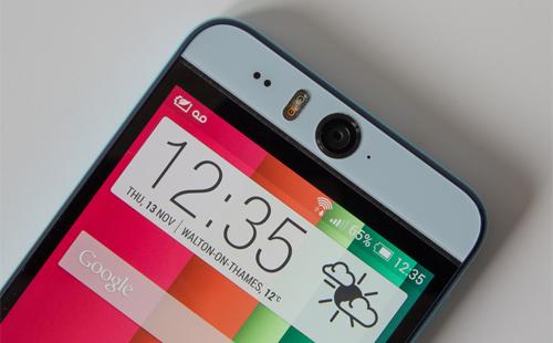 HTC Desire Eye (2014)Selfie đã trở thành trào lưu, nhưng camera vẫn chưa đủ tốt để người dùng tự chụp ảnh chính mình. Vì thế, HTC không chỉ tập trung vào camera sau mà còn trang bị cho camera trước độ phân giải 13 megapixel với khẩu độ f/2.2.