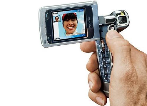 Nokia N90 (2005)Năm 2005, Nokia nâng tầm camera di động với N90 - điện thoại đầu tiên có ống kính Carl Zeiss độ phân giải 2 megapixel, đèn flash LED, khả năng tự động lấy nét và người dùng có thể xoay màn hình để quay video.
