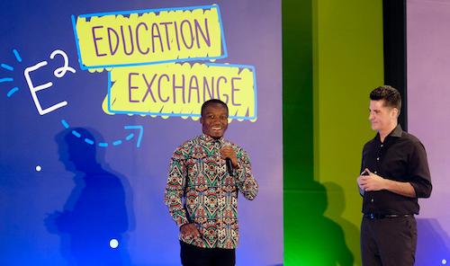 Thầy Akoto (trái) và Phó chủ tịch Microsoft.