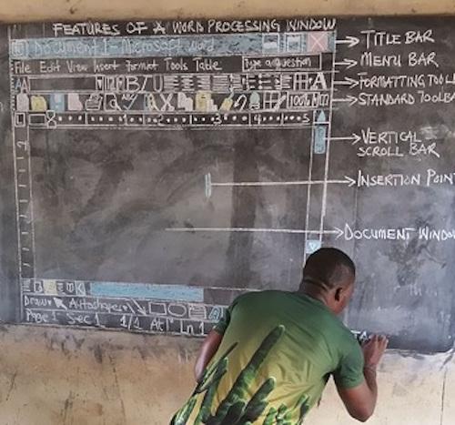 Thầy giáo vẽ giao diện Word lên bảng được Microsoft vinh danh