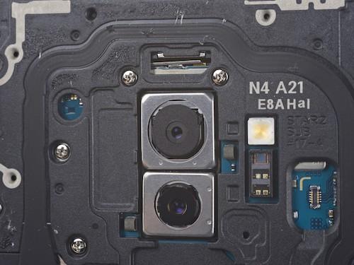 Camera chính (trên) Galaxy S9+ với khẩu độ F2.4.